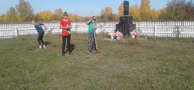 Уборка территории на памятнике и волейбольной площадке